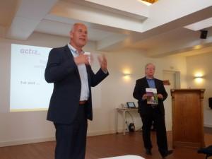 Voorgrond: Michiel Kooijman van actiZ en rechts achter: Karel van Dijk auteur van de brochure.